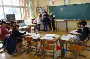 3年生は算数でテストの直しを、授業の最後にしていました。\