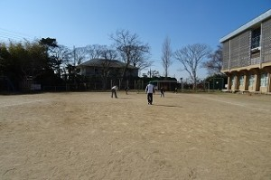 3年生男子・6年生男子で,体調の悪くない子・読書好き以外の子は男子教員と一緒にサッカーをしました。\