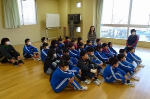 子ども達は,ミーアキャットが助け合って生きている話を集中して聞きました。\