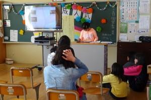 4・5年生は「2分の1成人式」をしました。大型テレビとパソコンを使って発表していました。\