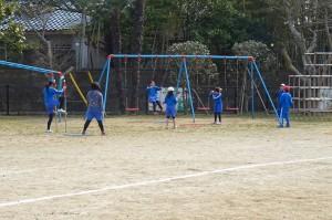 ブランコと野球を組み合わせて遊んでいるようですが,バットもボールもかなり柔らかいので安全です。\