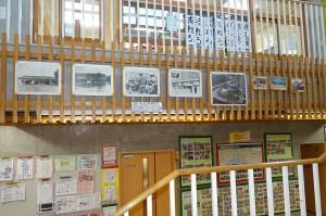 歴史豊かな豊津小の写真が展示されていて,階段踊り場から見ることができます。\