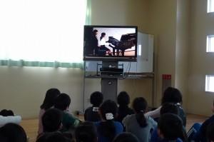 鹿嶋市教育会音楽発表会のDVDをみんなで見ました。\