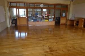 ワックスを塗り終わった2年生の教室です。\