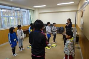 4年生は,ALTのダフネ先生と英語の勉強がんばっています。\