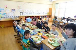 ダフネ先生も一緒に食べました。ダフネ先生は,お箸を上手に使って食べていました。\