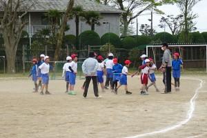 4・5・6年生の体育では,リレーのバトンパスを練習しました。\