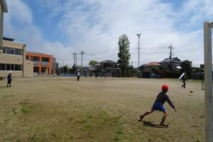 昼休み,先生と一緒にサッカーを楽しむ姿が見られました。\