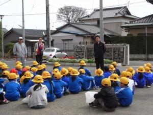 2校時に通学班別集会・交通安全教室を行いました。\