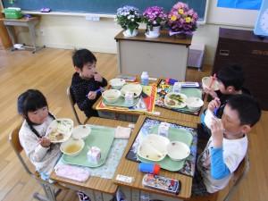小学校の給食2日目の1年生もお腹いっぱい食べています。\