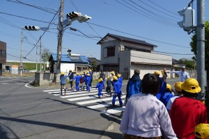 縦割班ごとに通学路で横断の仕方の確認をします。\\