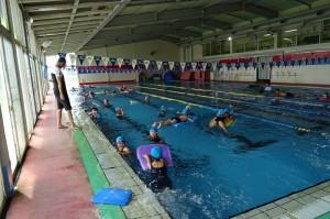 きれいて快適なプールで泳ぐ練習です\\