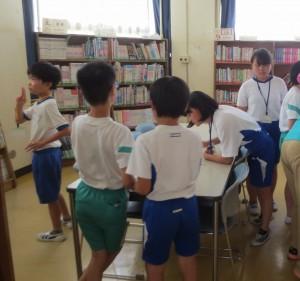 ウォークラリーのように、班ごとに校舎内をまわっています(5,6年)